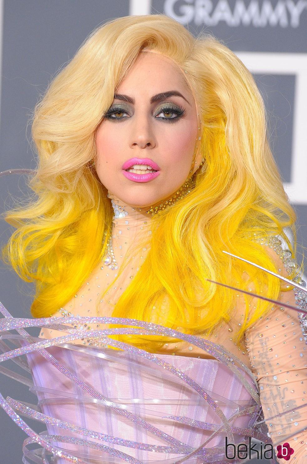 Lady Gaga con melena amarilla fosforito
