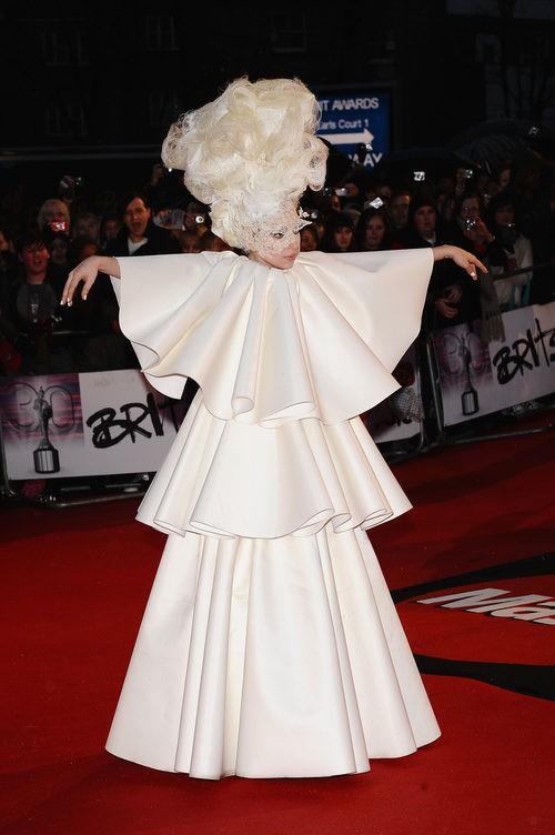 Lady Gaga con total white look y tocado