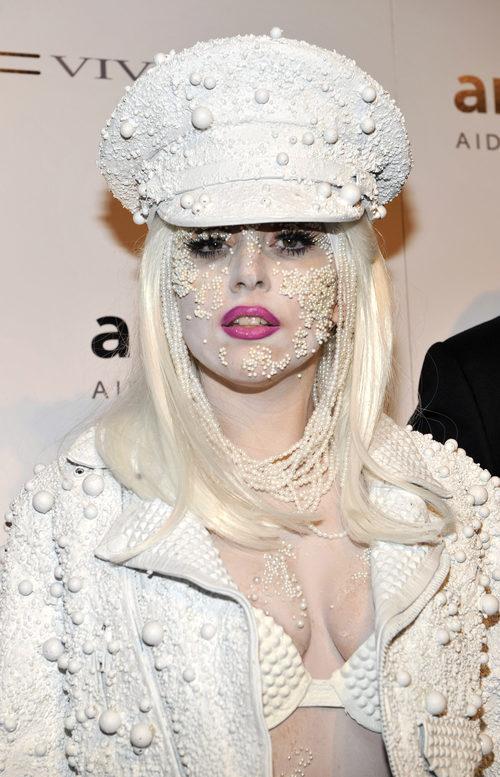 Lady Gaga con pedrería en la cara y en el tocado
