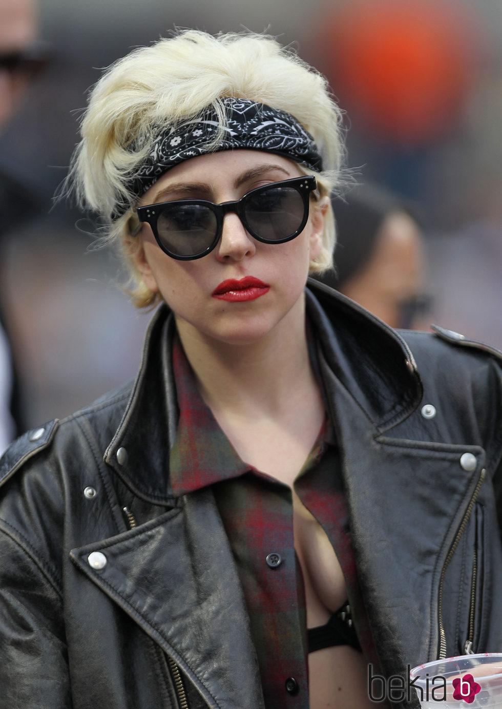 Lady Gaga con look masculino pañuelo y gafas