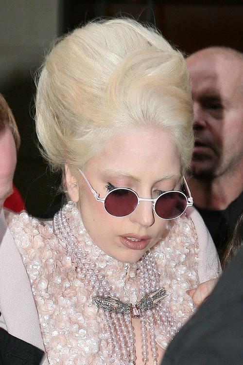 Lady Gaga con un updo extremo en blanco