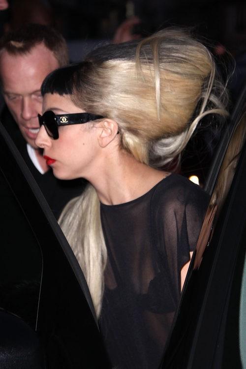 Lady Gaga con moño rubio y flequillo negro