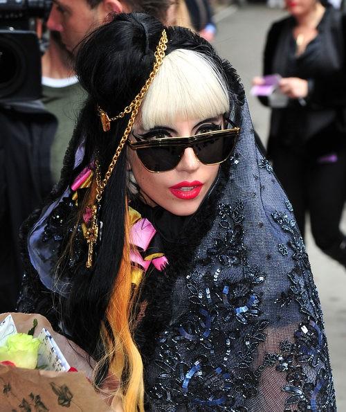 Lady Gaga con mantilla de pedrería , gafas y flequillo