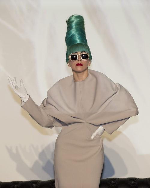Lady Gaga con updo verde alto