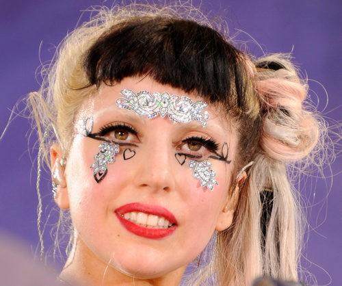 Lady Gaga con moño ladeado y flequillo corto bicolor