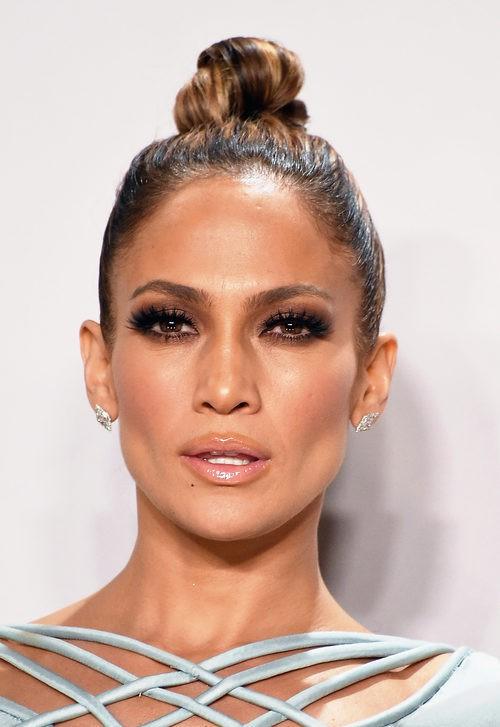 Jennifer Lopez con moño tirante sleek