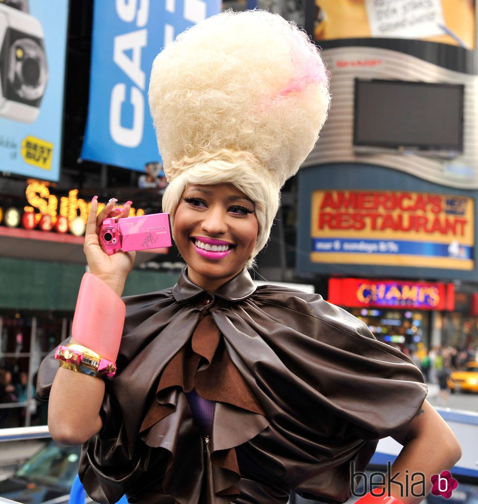 Nicki Minaj presentando TRYX digital camera billboard en 2011