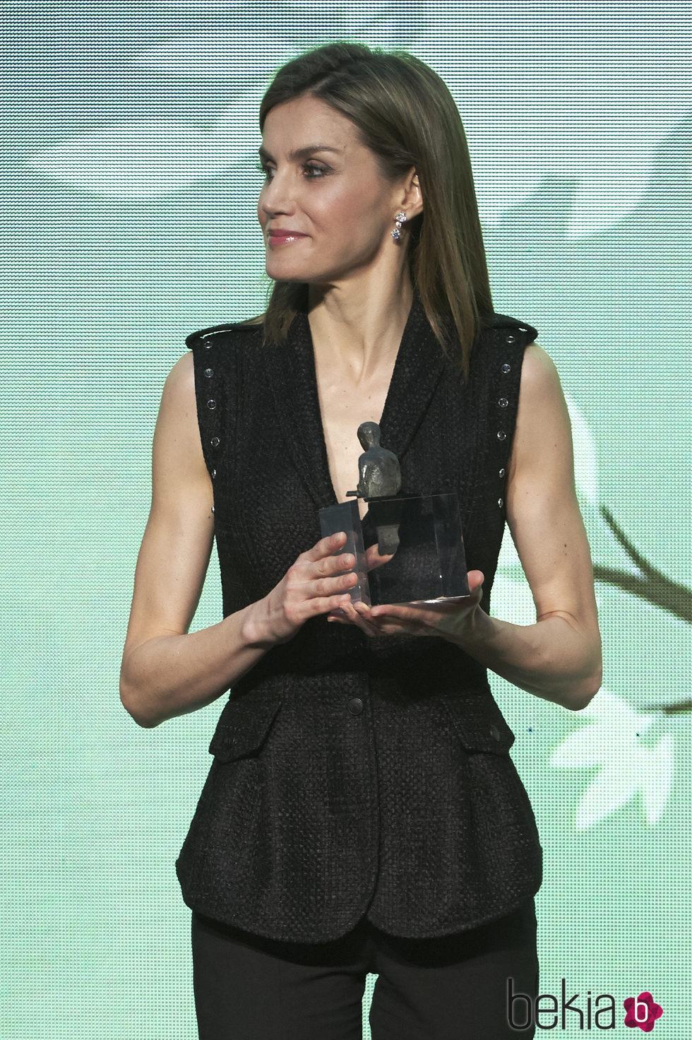 La Reina Letizia entregando los premios de literatura 'El gran Angular'