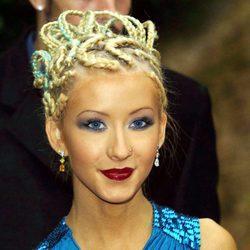 Christina Aguilera con moño de trenzas de raíz