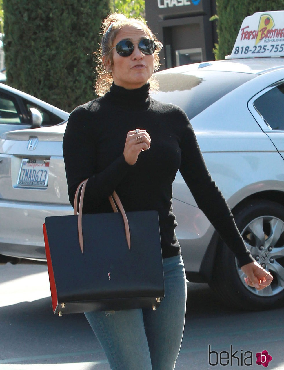 Jennifer Lopez paseando por Calabasas
