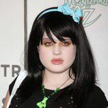 Kelly Osbourne melena midi en negro y diadema con lazo en celeste