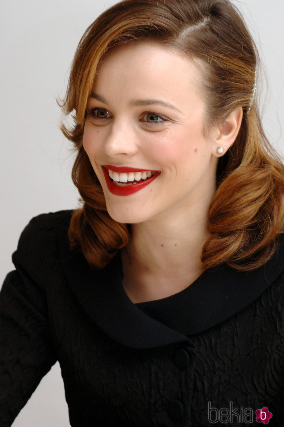 Rachel McAdams con un 'make up' clásico y un peinado 'old Hollywood'