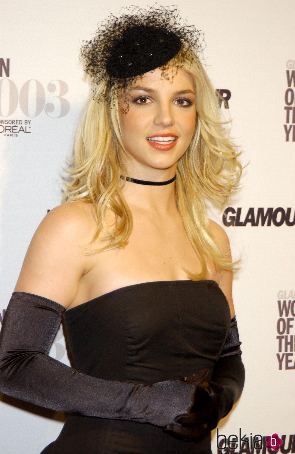 Britney Spears con un tocado en negro y media melena