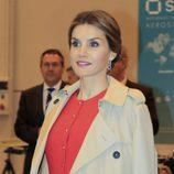 La Reina Letizia con un recogido bajo y un make up natural en un acto en Sevilla
