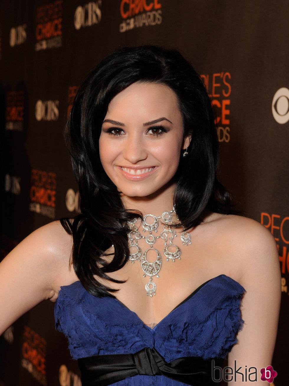 Demi Lovato con media melena en negro