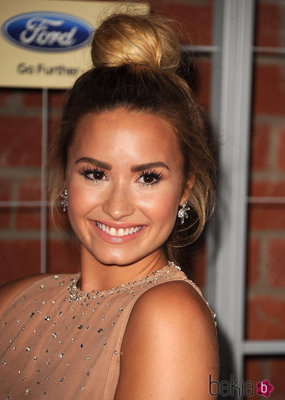 Demi Lovato con moño alto