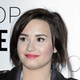 Demi Lovato con pelo corto y negro