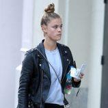 Nina Agdal paseando por Nueva York con un moño alto