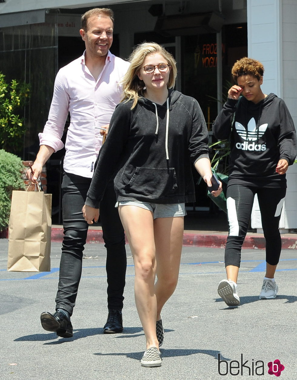 Chloe Moretz con gafas de ver y sin maquillaje por Los Angeles