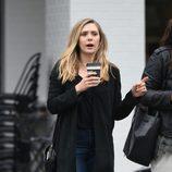 Elizabeth Olsen con ojeras tomando café en Los Angeles