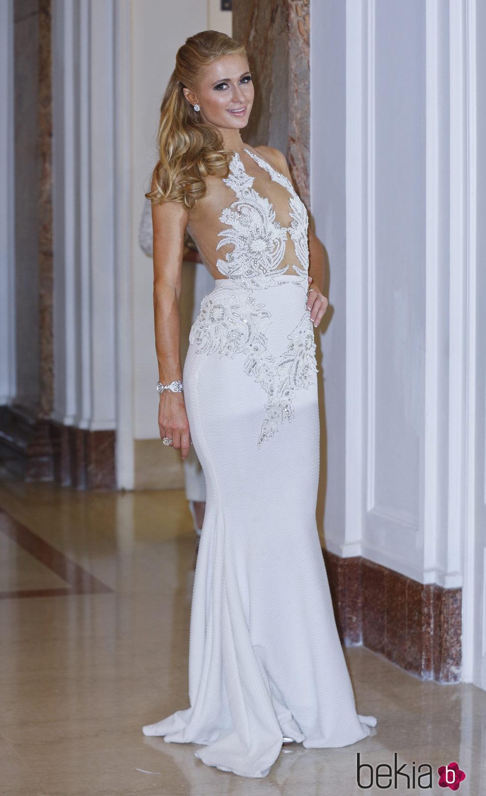 Paris Hilton en Cannes 2016 con un semirecogido y un maquillaje muy natural