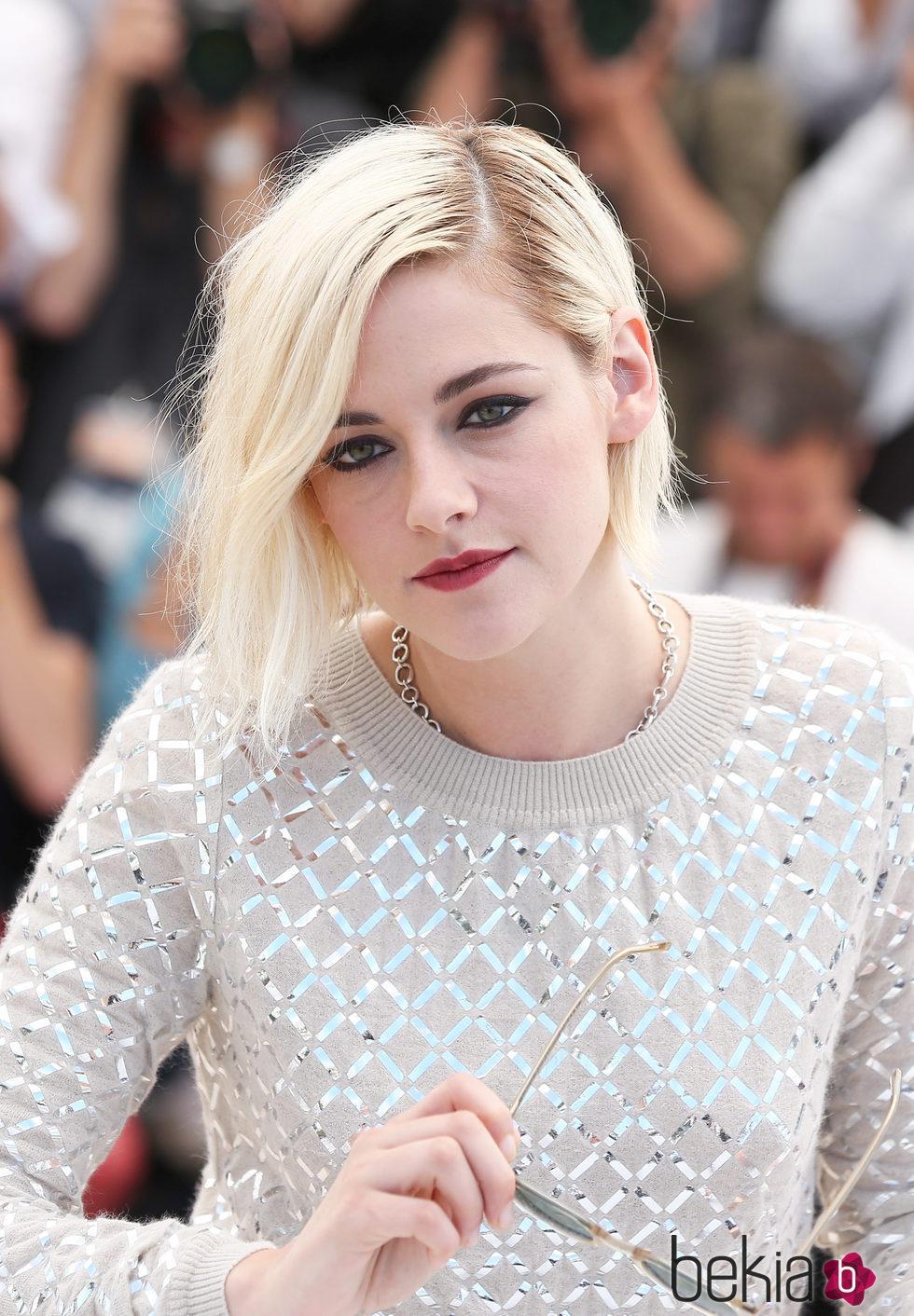 Kristen Stewart con smokey eyes y labios rojos en Cannes 2016