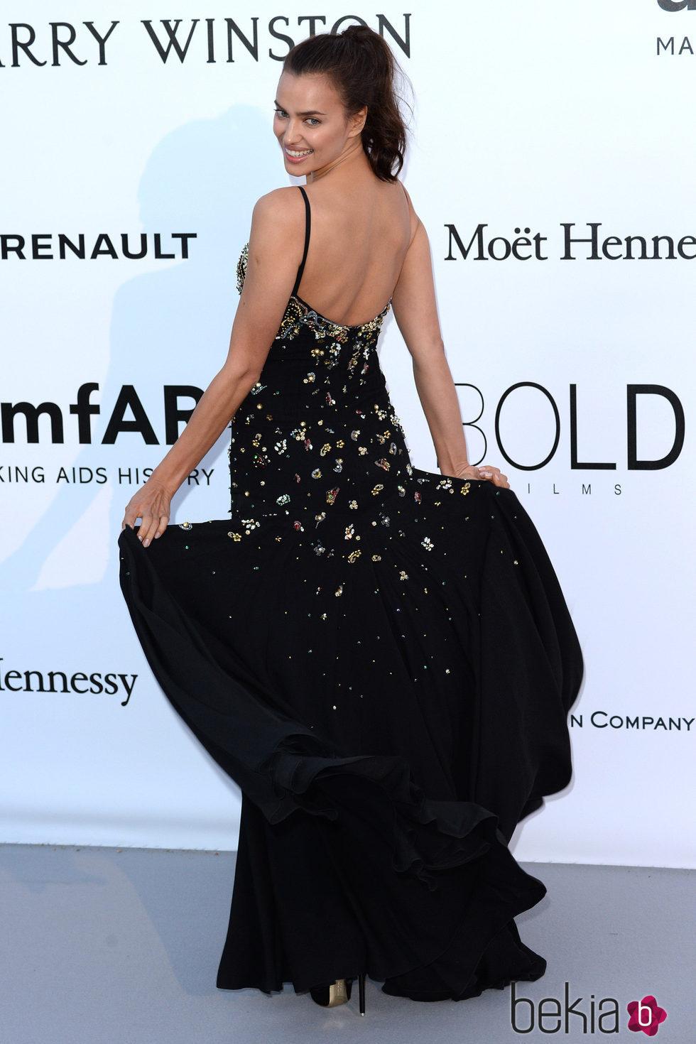 Irina Shayk con la melena recogida en una coleta en la Gala amfAR de Cannes 2016