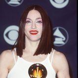 Madonna con corte estilo cleopatra en chocolate