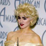 Madonna con el pelo rubio y redondo