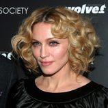 Madonna con la raya en medio y pelo rizado