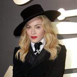 Madonna con sombrero flamenco y cabello con ondas