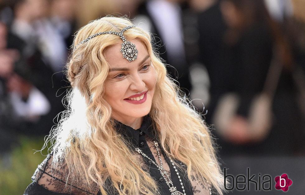 Madonna con tiara con pedrería y pelo con ondas