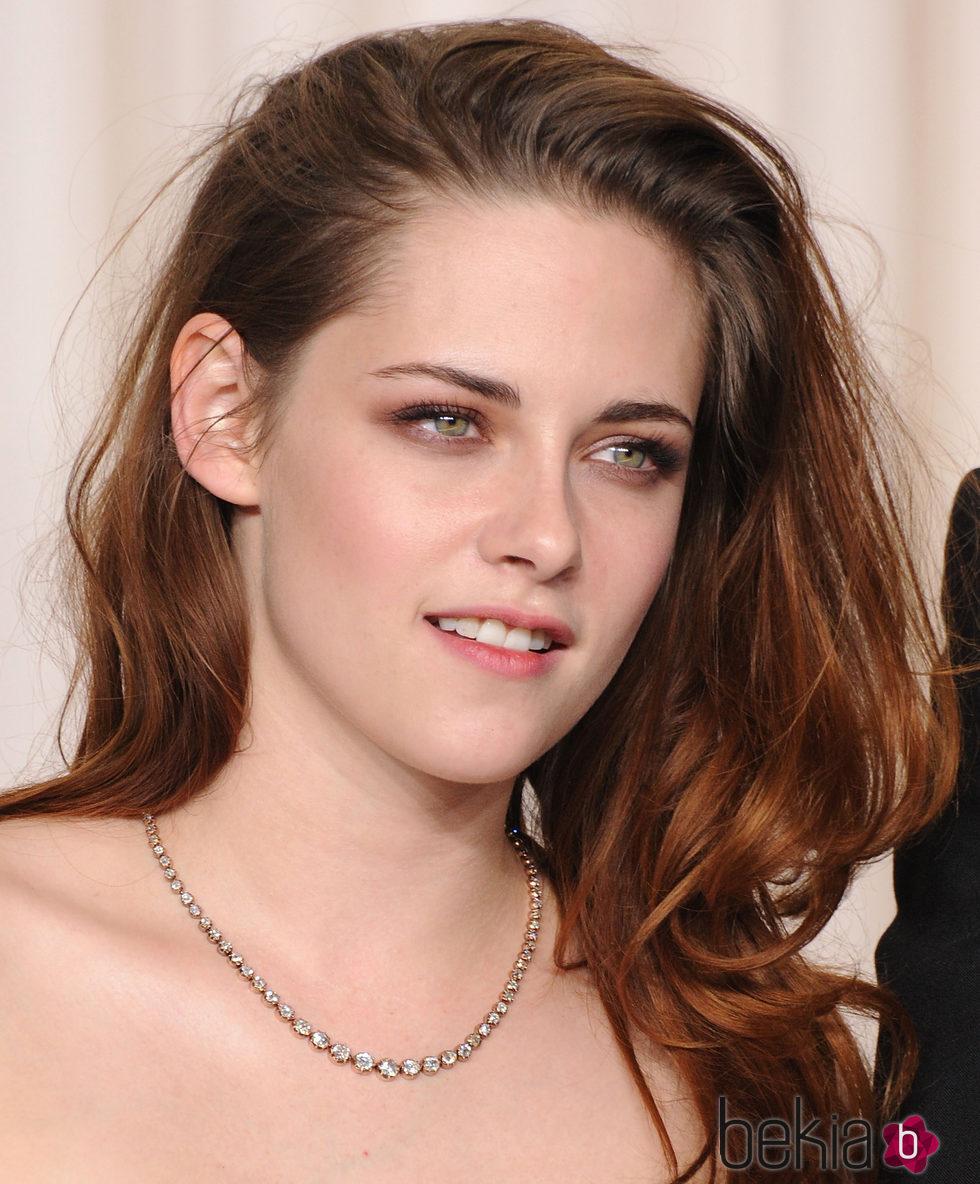 Kristen Stewart con pelo suelto hacia un lado