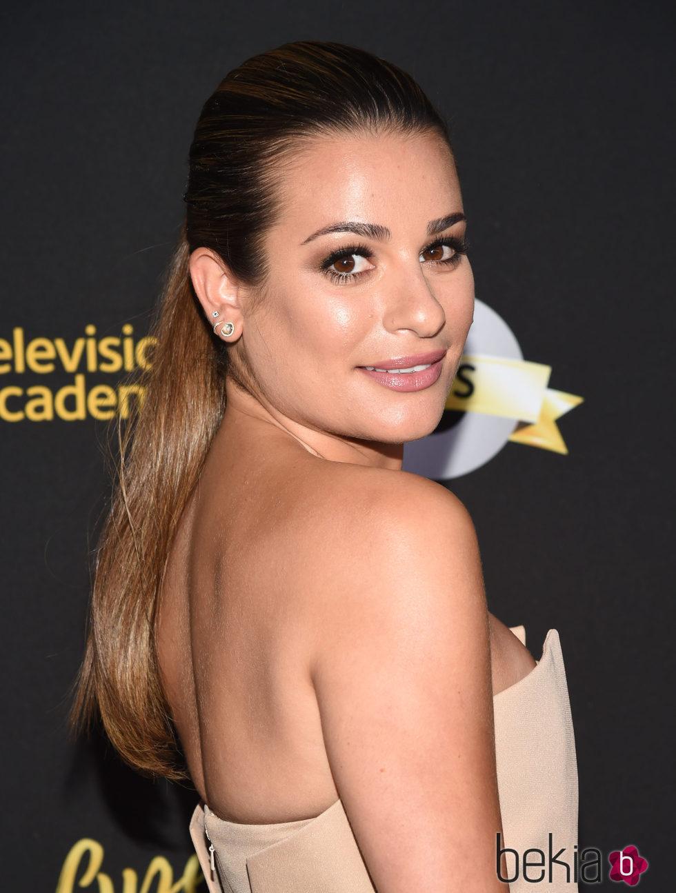 Lea Michele con un maquillaje nude y una coleta alta