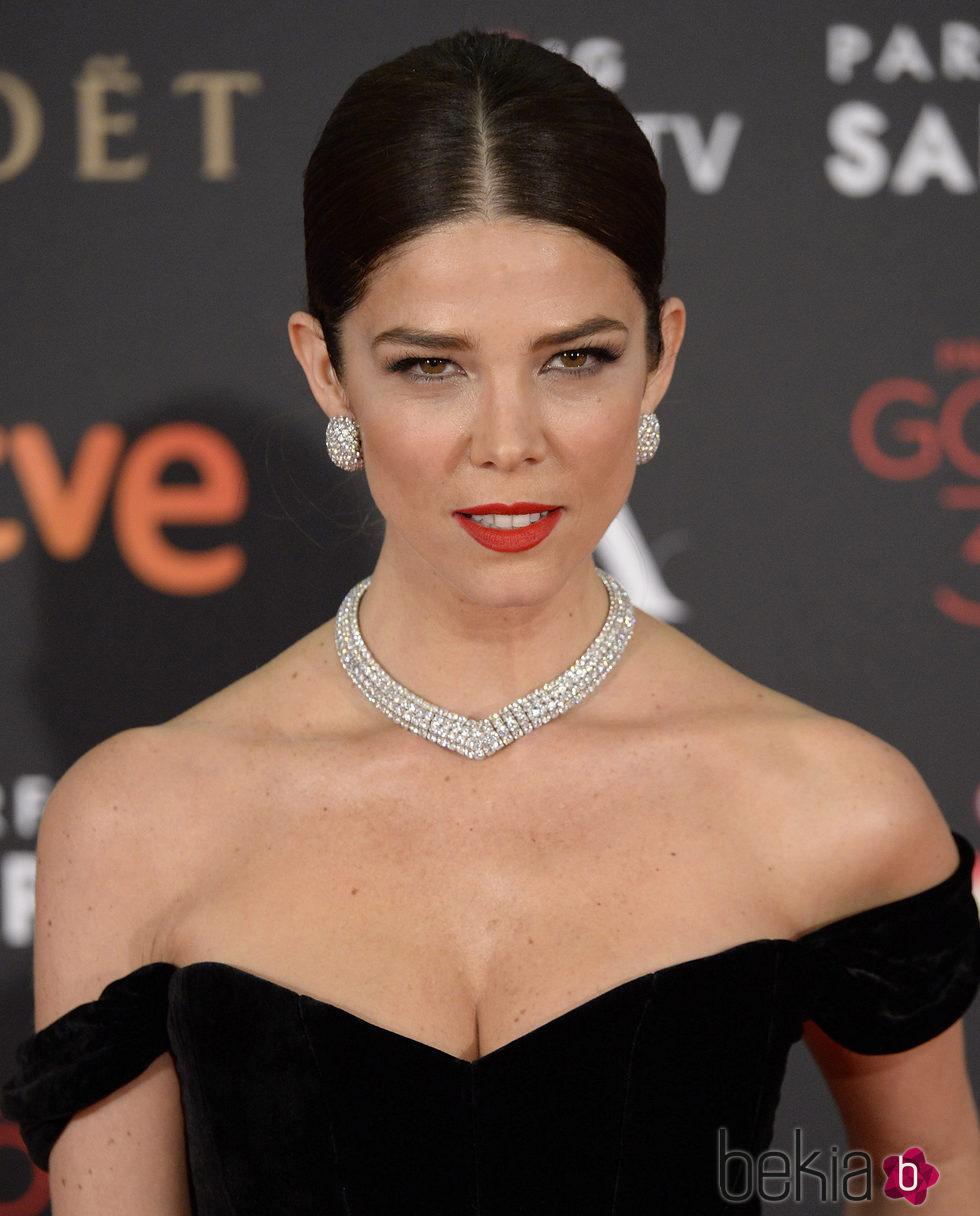 Juana Acosta con un peinado clásico y complementos de diamantes