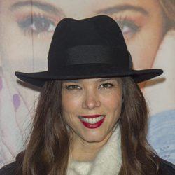 Juana Acosta con el cabello suelto y un sombrero negro