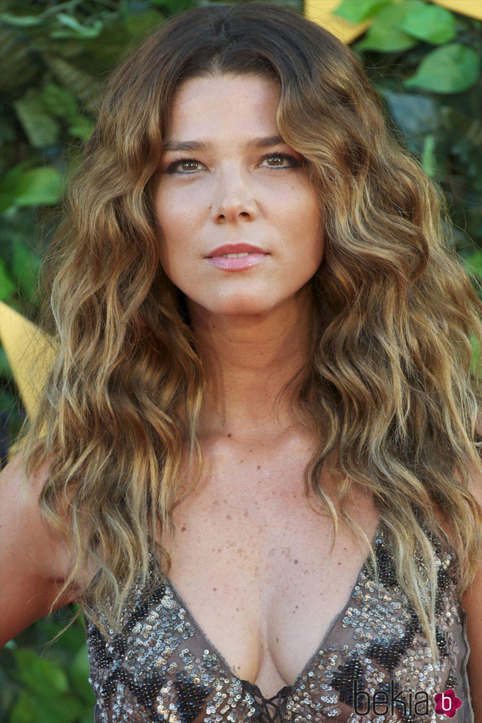 Juana Acosta con el pelo suelto y ondas naturales