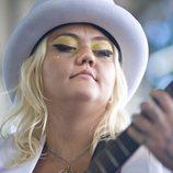 Elle King con un recogido y sombrero de copa