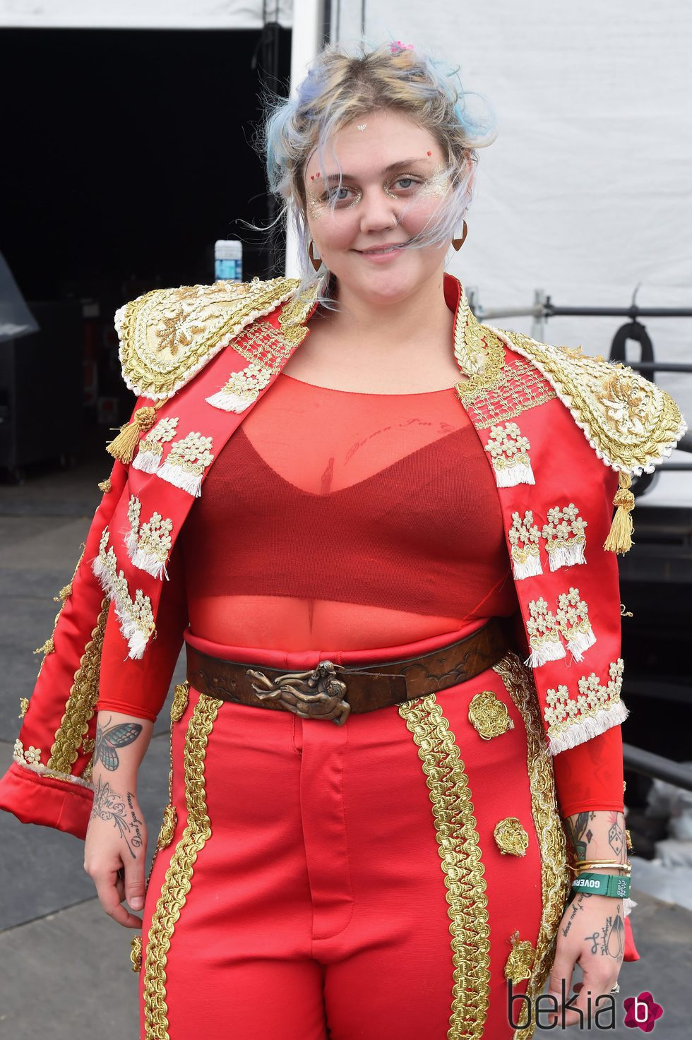 Elle King con el cabello de colores y despeinado