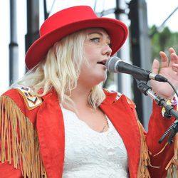 Elle King con un gorro flamenco rojo