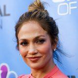 Jennifer Lopez en la presentación de 'Shades of Blue' con un moño