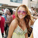Lindsay Lohan el peinado suelto con ondas y gafas de sol tintadas rosa