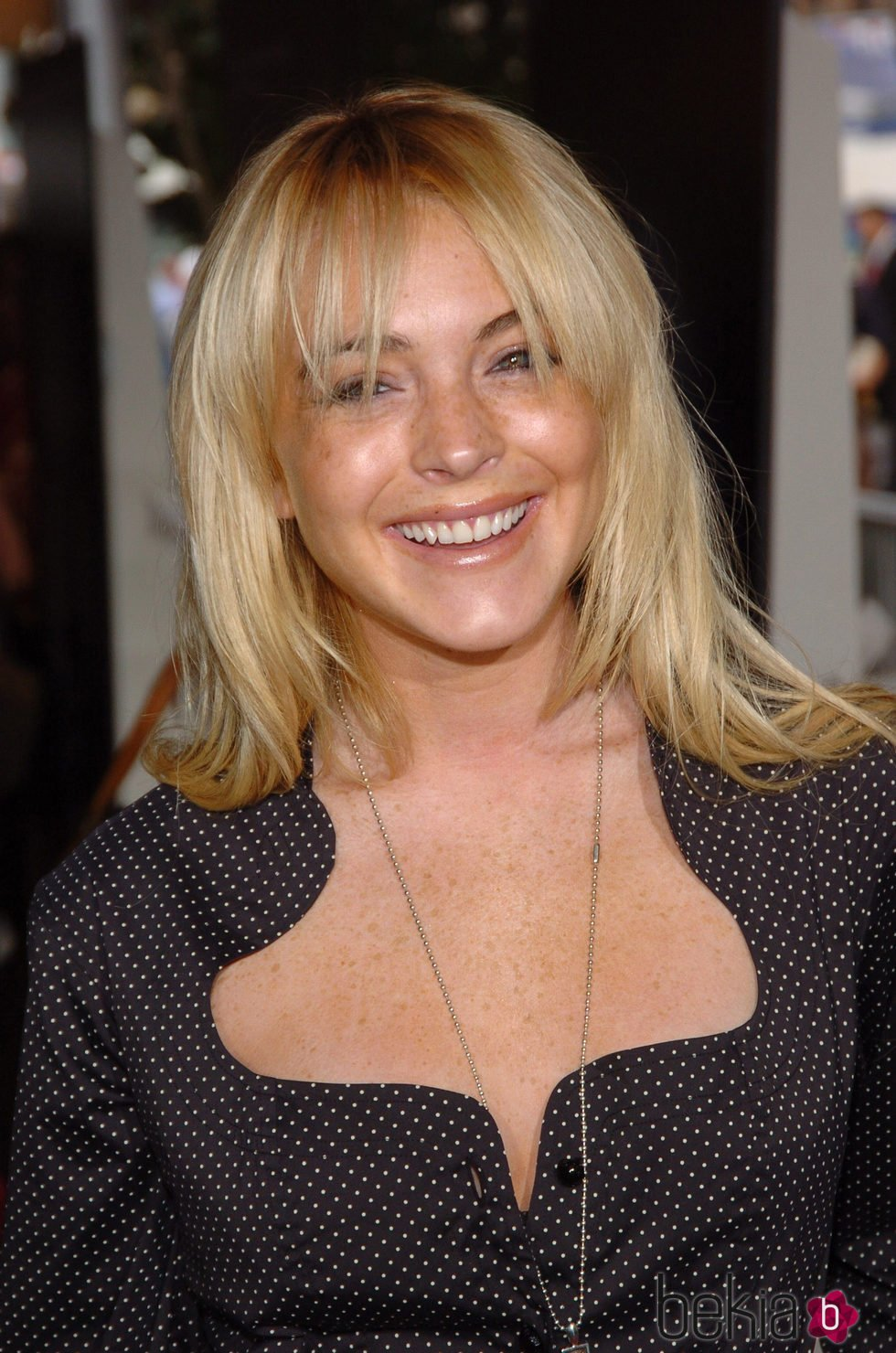 Lindsay Lohan con el cabello liso y rubio con flequillo
