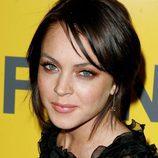 Lindsay Lohan con el cabello negro y recogido