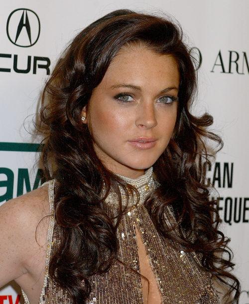 Lindsay Lohan con un peinado alborotado rizado