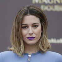 Blanca Suárez con un maquillaje sencillo y un labial potente en tono violeta