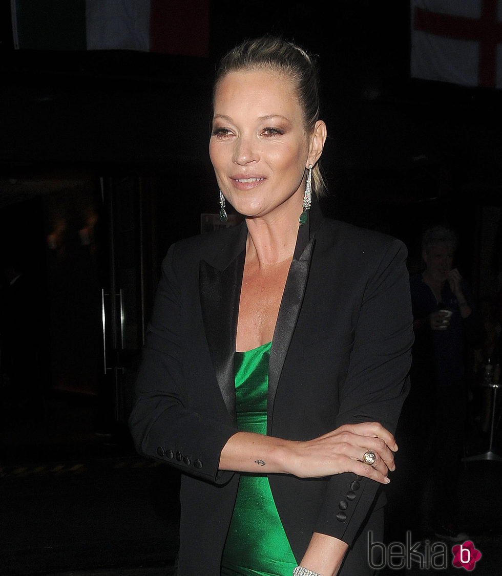 Kate Moss con una sombra de ojos desastrosa en la noche de Londres