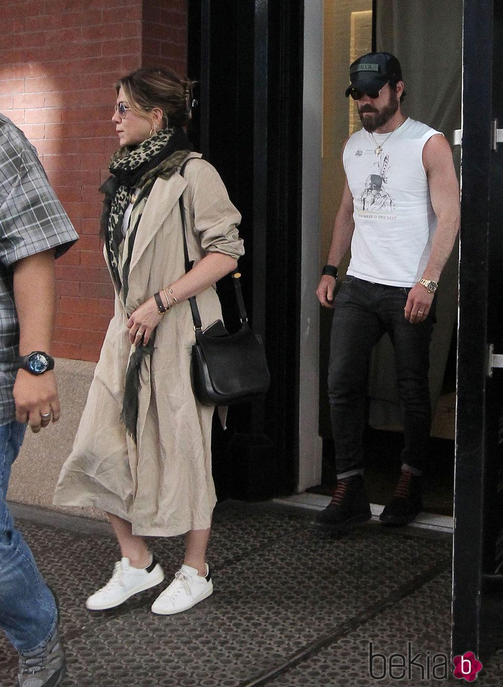 Jennifer Aniston con el pelo recogido con una pinza por Nueva York