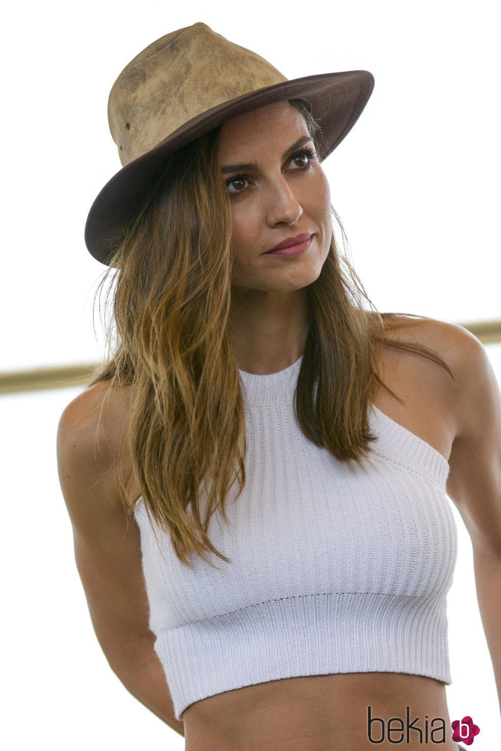 Ariadne Artiles con un sombrero de paja y pelo suelto