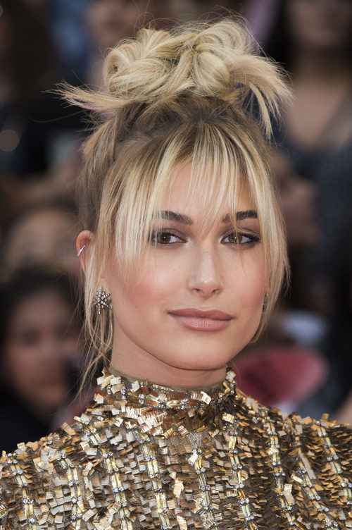 Hailey Baldwin con un recogido despelujado en los iHeartRadio MuchMusic Video Awards 2016
